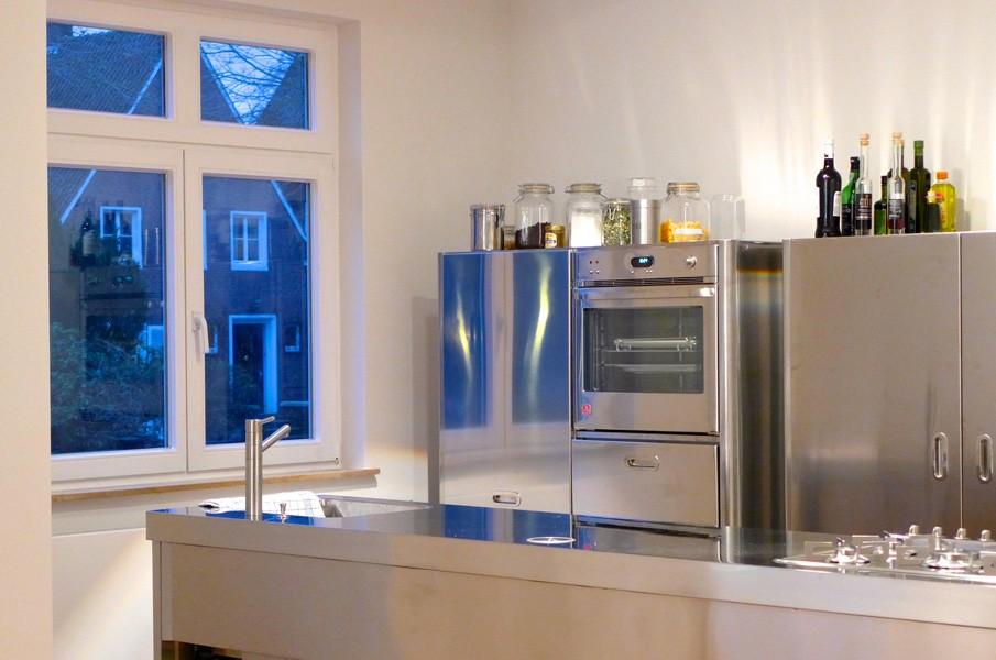 Edelstahl-Küchenarbeitstisch 70 x 320 cm und Hochschrank