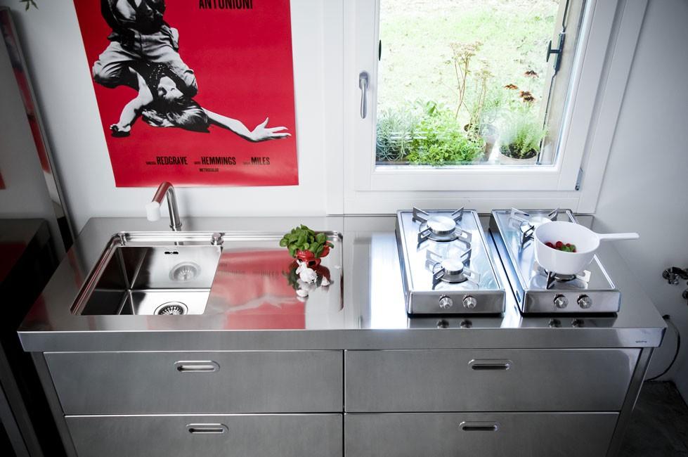 Edelstahl Küche mit Klappkochfeldern, je zwei Gaskochstellen