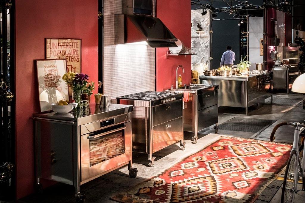 Drei Küchenelemente auf Rädern, ausgestattet mit Gas-Kochfeld, integriertem Becken und Backofen
