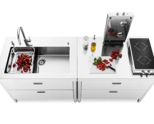 Zwei Küchenelemente mit Induktions-Klappkochfeldern, integriertes Becken