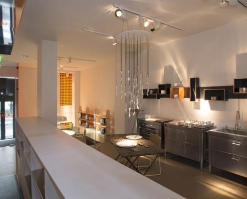 Drei Küchenelemente mit Gas-Klappkochfeldern. Integriertes Becken und Backofen.