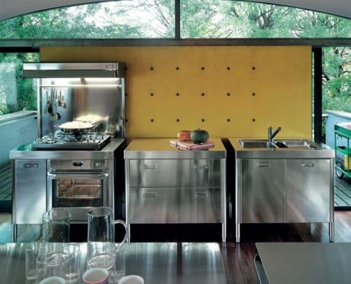 Drei Küchenelemente mit Aufsetzkochfeld und Backofen