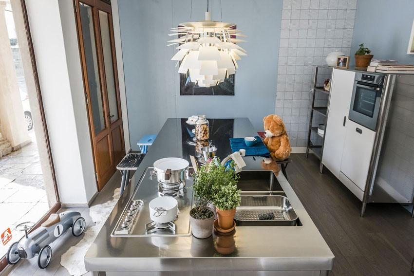 Edelstahl-Kücheninsel mit großer Theke, an der alle Platz haben