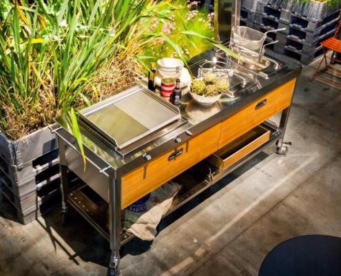 Outdoor-Küche auf Rädern, 190 cm breit, mit einer Plancha, einer einzelnen Kochstelle und einer Fritteuse.